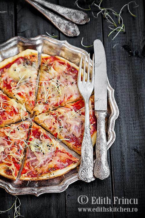 pizza-la-tigaie-cu-ardei-si-ceapa
