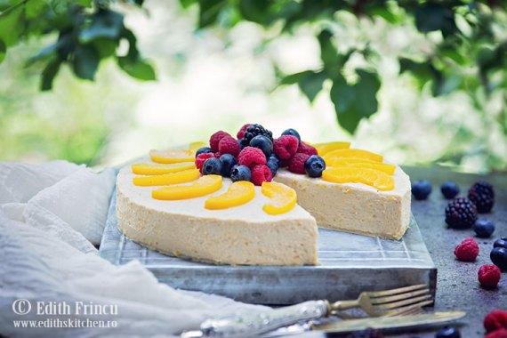 cheesecake-cu-piersici-si-biscuiti-1