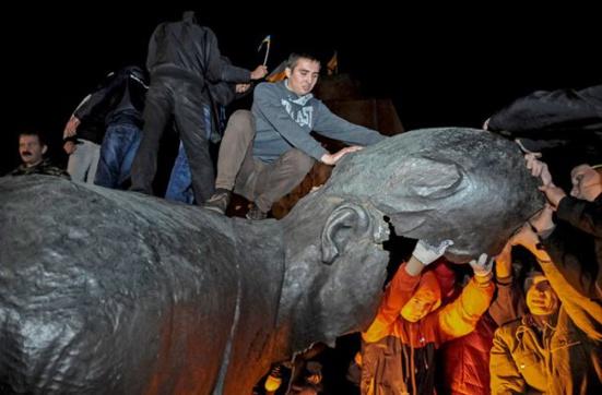 La destruction de la statue de Lénine provoque la colère des habitants de Kharkov