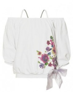 Στις μπλούζες κυριαρχεί το λευκό χρώμα ενώ τα σχέδια ποικίλουν. Ανάμεσα  τους υπάρχουν σχέδια με ρίγες 6a694f6b5e9