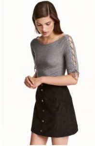 7ba18d42222 Μια γυναίκα χρειάζεται αρκετές μπλούζες στη γκαρνταρόμπα της. Η H&M έχει  αμέτρητες λύσεις να σου προσφέρει. Εδώ θα βρεις άνετα πουλόβερ και ζιβάγκο  για τις ...