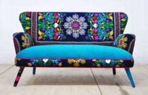πολύχρωμος καναπές boho διακόσμηση