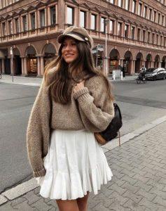 μπεζ πουλόβερ άσπρη φούστα καπέλο χρώματα χειμώνα