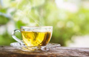 φλιτζάνι με αχνιστό πράσινο τσάι