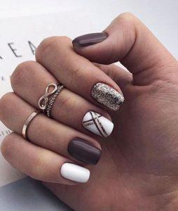 καφέ νύχια