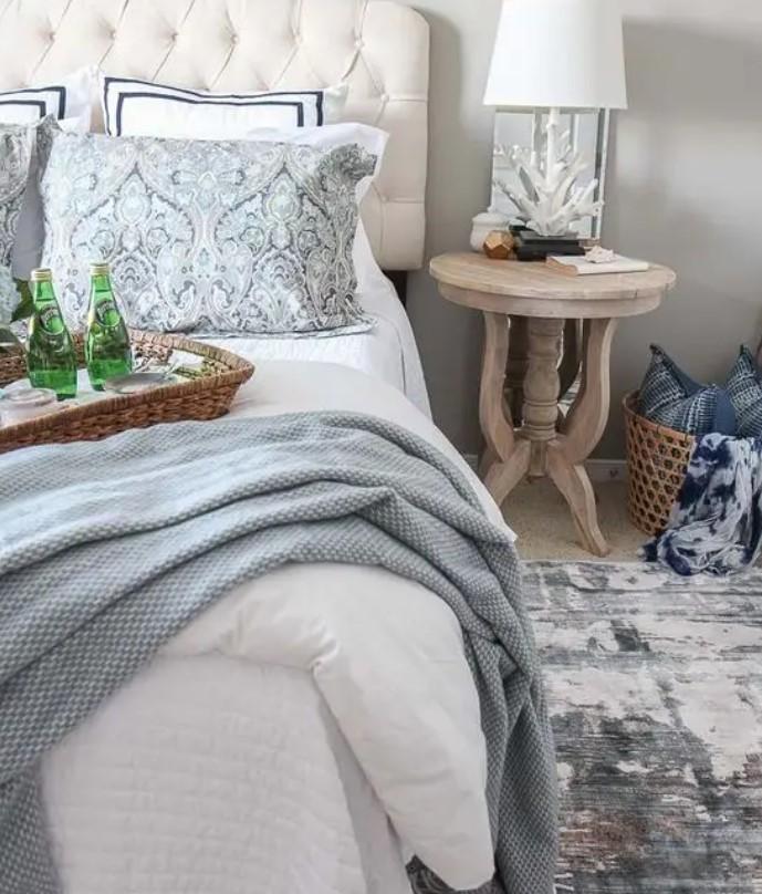 μικρό χαλάκι δίπλα στο κρεβάτι