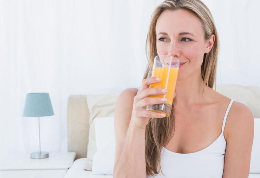γυναίκα πίνει χυμό