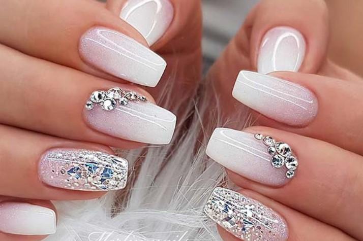 νύχια νύφης με ασημένιες λεπτομέρειες