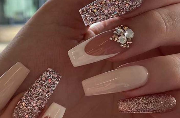 εντυπωσιακά νύχια νύφης με στρας