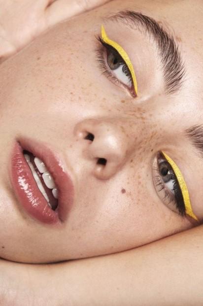 κίτρινο eyeliner τάσεις μακιγιάζ καλοκαίρι 2021