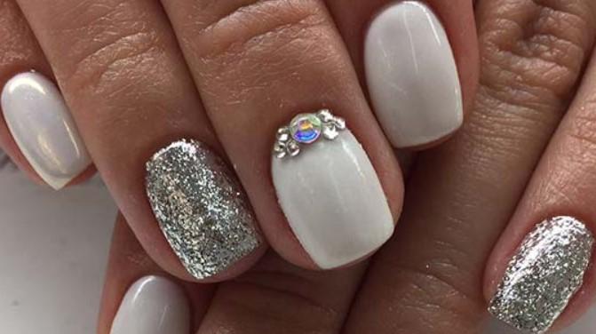 νύχια νύφης με χρυσόσκονη και ασημένια στρας