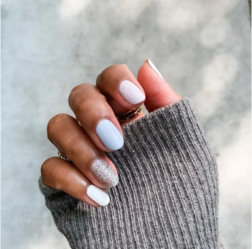 ανοιχτοχρωμα καλοκαιρινά νύχια με γκλιτερ