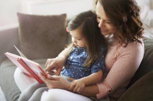 μαμά και παιδί διαβάζουν βιβλίο