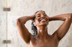 γυναίκα κάνει μπάνιο