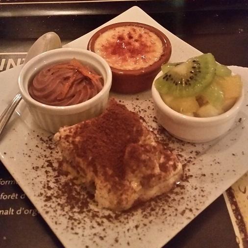 assortiment de desserts roy's pub restaurant paris