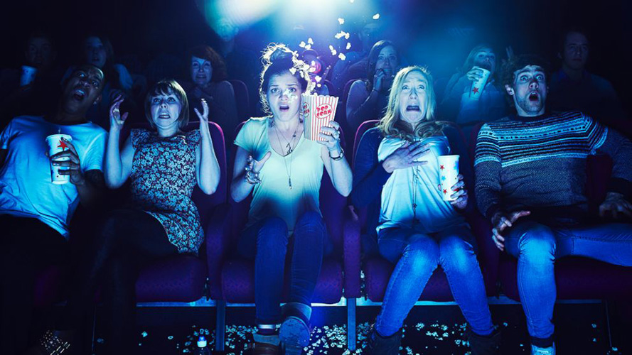 audience_watch_horror_movie_in_theater