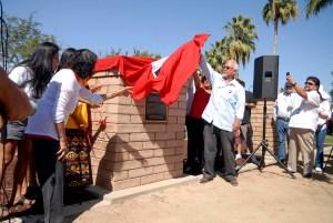 Momento en que se descubre la placa dedicada a Richard Chávez. (Foto: Eduardo Stanley)