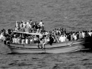 Barcos saturados de migrantes atraviesan el Mediterraneo (Tomado del internet)