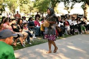 """Brenda Ordaz (""""Carmen"""") durante su actuación en el Parque de la Corte,  en Madera, California (Foto: Eduardo Stanley)"""