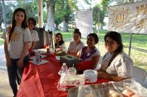 """Voluntarias de Pan Valley que ayudaron a la presentación de la obra de teatro """"La Historia de un Inmigrante Zapoteco"""", en Madera, el 3 de mayo, 2015. (Foto: Eduardo Stanley)"""