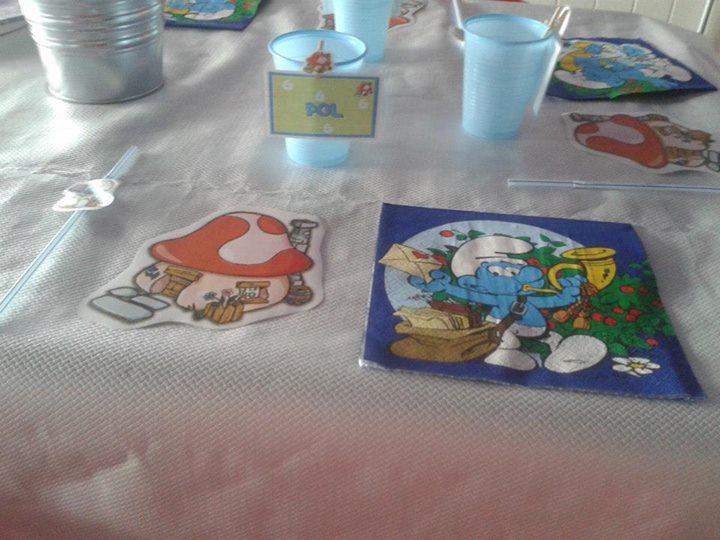 decoración de mesa de cumpleaños temática los pitufos