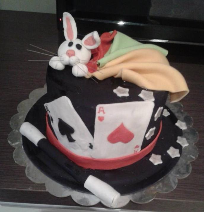 tarta de cumpleaños de temática magia clásica con chistera y conejo