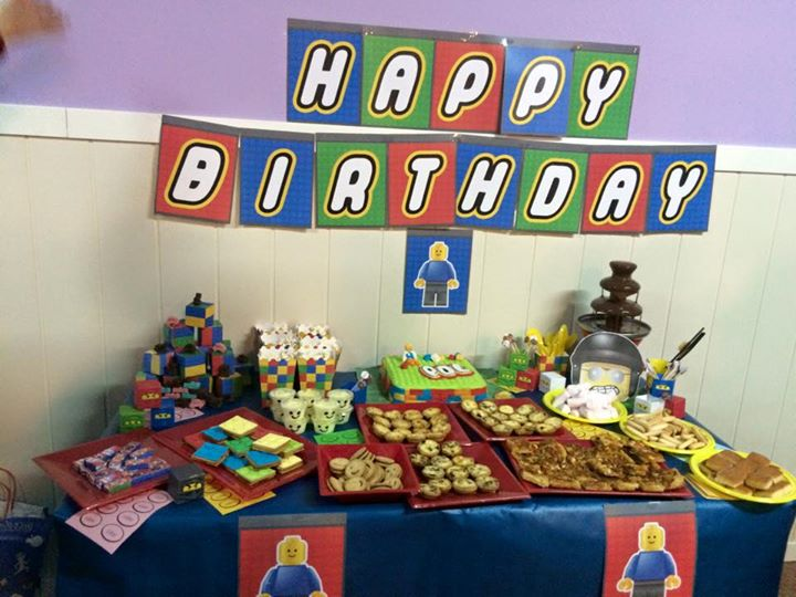mesa de cumpleaños con decoración temática de lego movie, la película