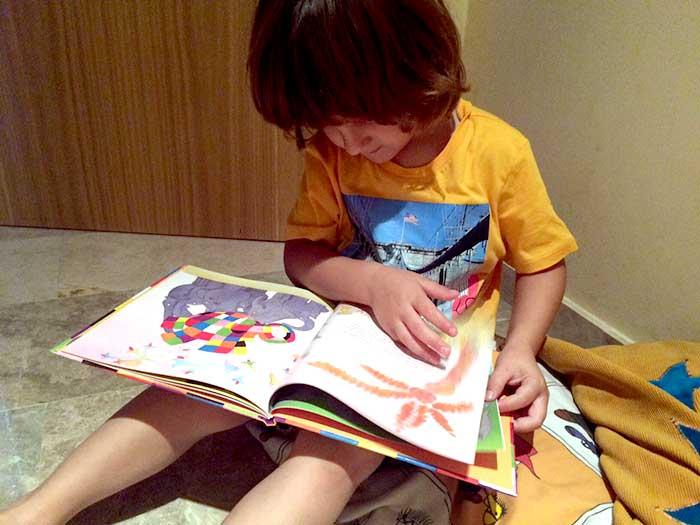 pol-leyendo-y-disfrutando-un-libro-educadiver