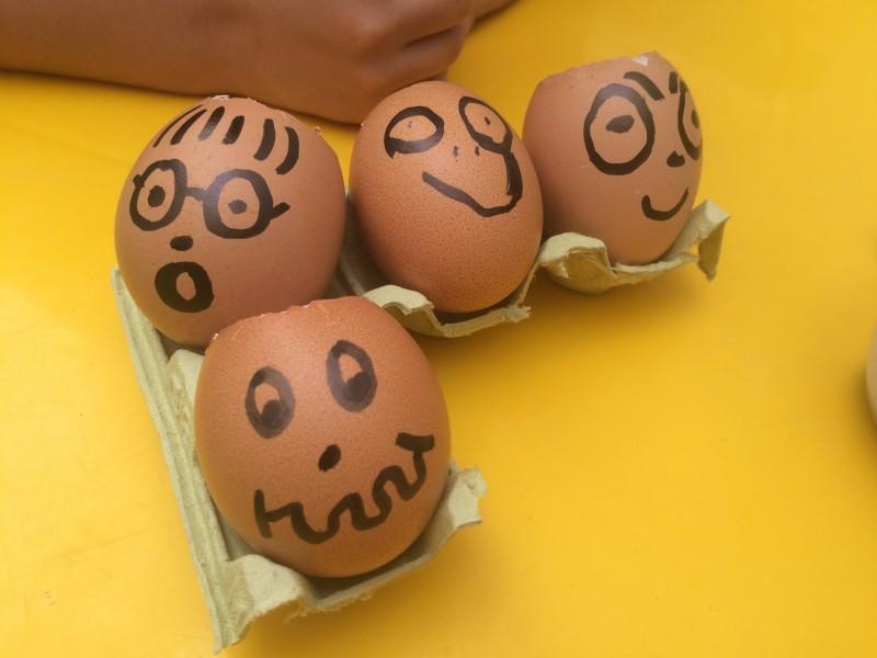 huevos-con-semillas-caras-sonrientes