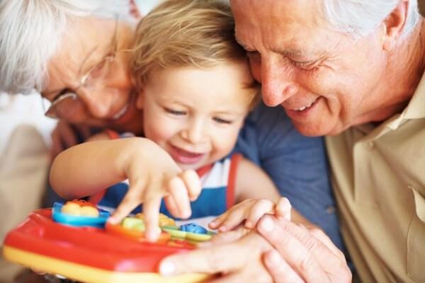 Resultado de imagen para anciano con nietos