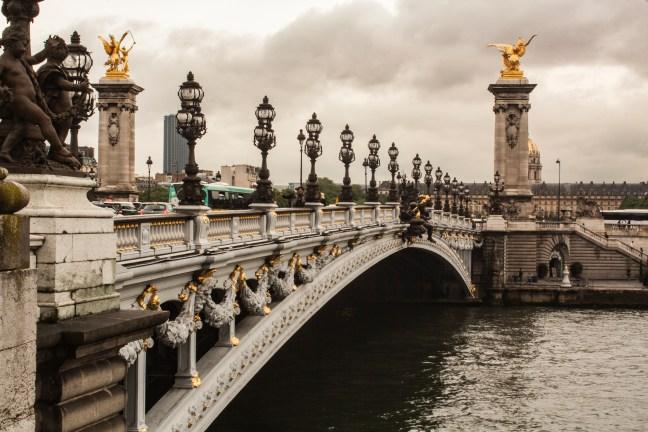 Vista al puente Pont Alesandre III, Parìs, Francia