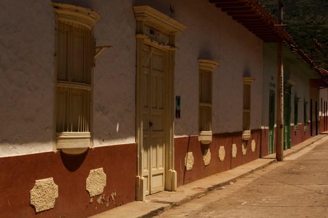 Las fachadas del pueblo Galán, Santander, Colombia