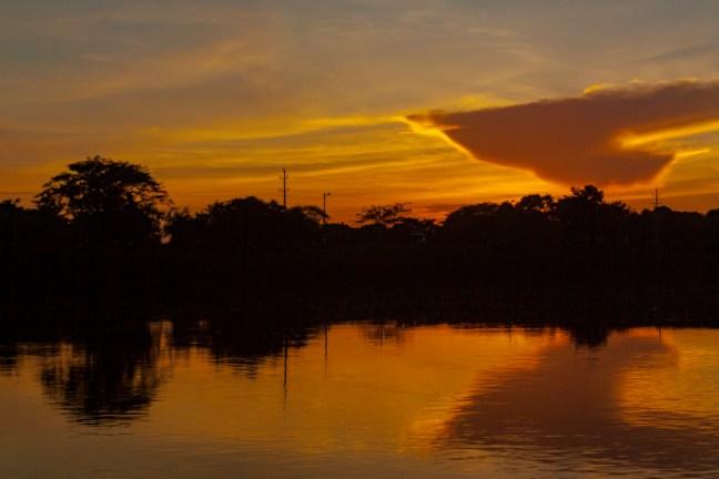 Rojos y amarillos en las aguas Río Magdalena, Magdalena, Colombia