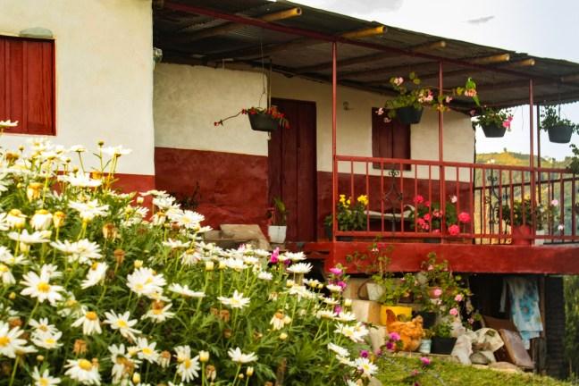 El frente de la casa Pueblo Bonito, Caldas, Colombia