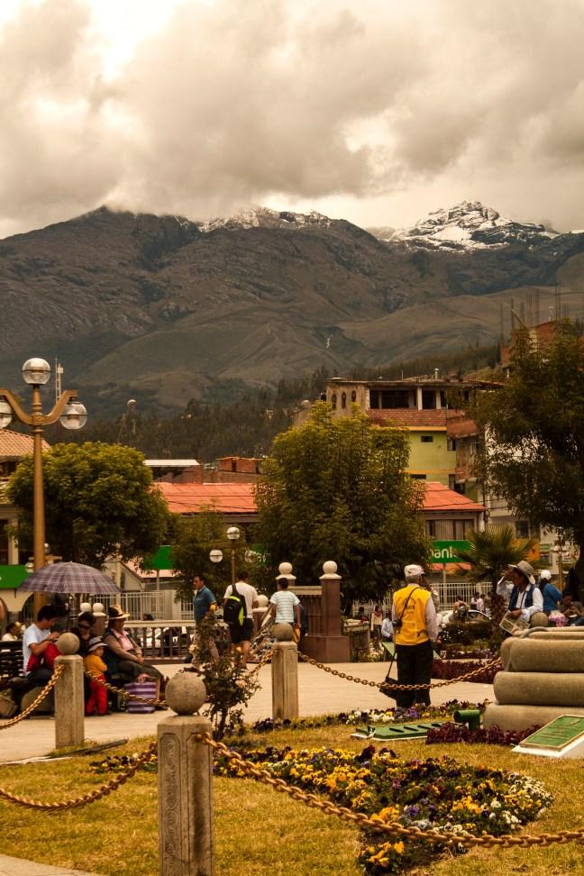 Mediodía en la plaza Huaraz, Ancash, Perú