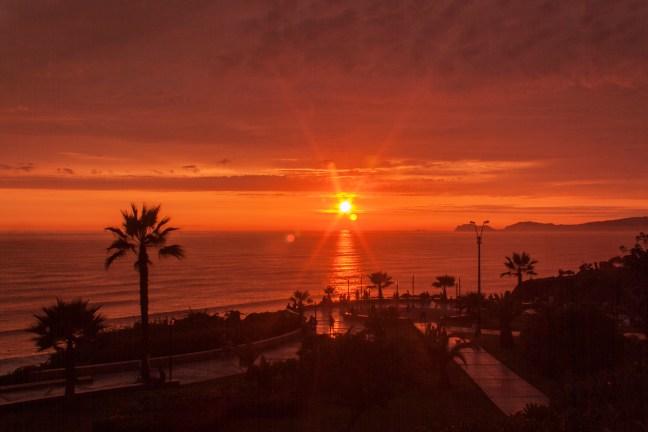 Sol sobre la costa Miraflores, Lima, Perú