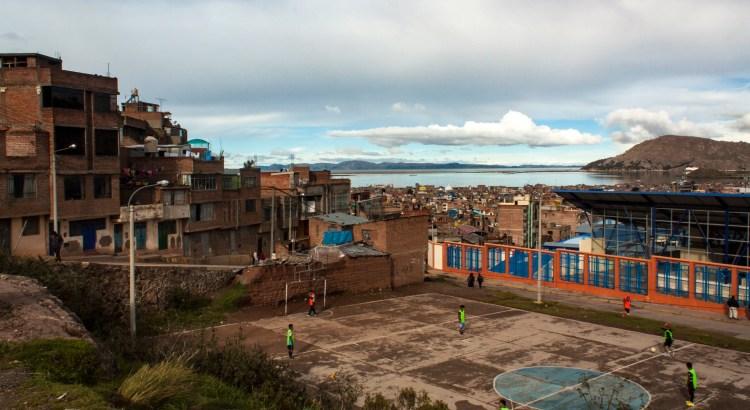 Entrenamiento de fútbol barrio de la ciudad de Puno, Puno, Perú