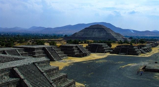 La calzada de los Muertos (The boulevardof the dead) Teotihuacan Ruins, Mexico