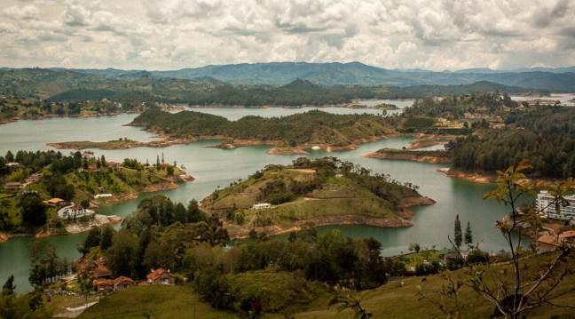 El lago Guatapé, Antioquia, Colombia
