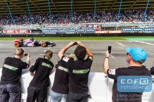 De mannen van het IDRT studenten raceteam filmen de Max Verstappen Toro Rosso Formule 1 demo tijdens de Gamma Racing Day op TT-Circuit Assen