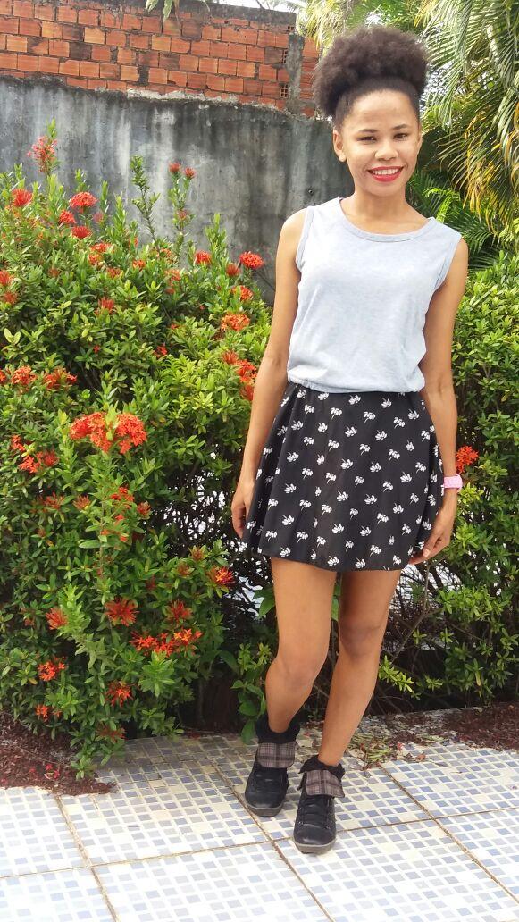 Tênis com vestido para garotas baixinhas com estilo e conforto