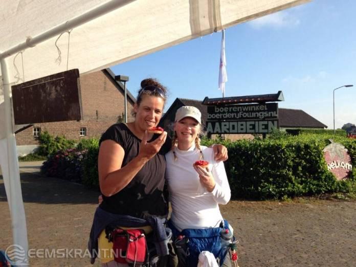 Dag 3 Nijmeegse vierdaagse: Diana en Fernanda komen als een van de laatste lopers binnen