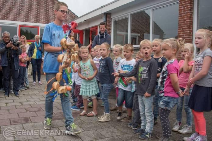 Traditionele stoetboom uitgereikt op fusie school CBS de Borgstee in Spijk