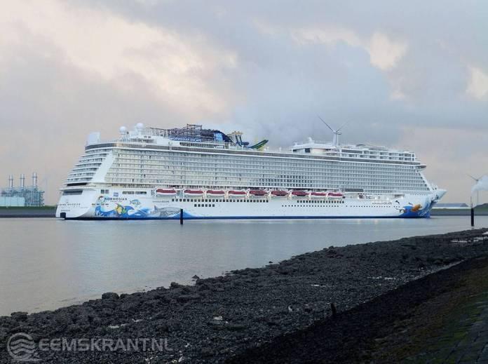 Cruiseschip Norwegian Escape aangekomen in de Eemshaven