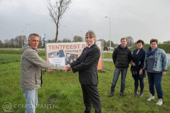 Burgemeester van Delfzijl neemt eerste ticket Spiekster Tentfeest in ontvangt