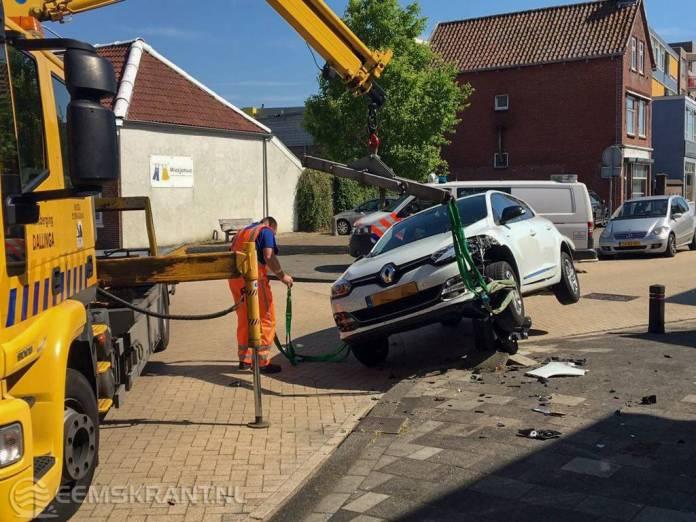 Auto belandt op paaltje in centrum Delfzijl