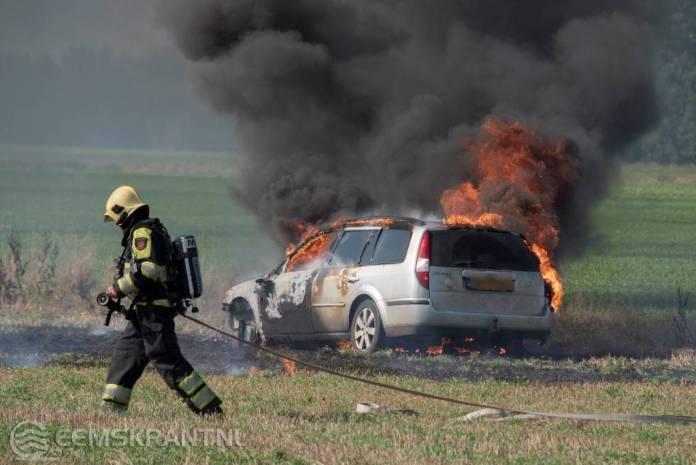 Auto brand uit in weiland nabij Tjuchem