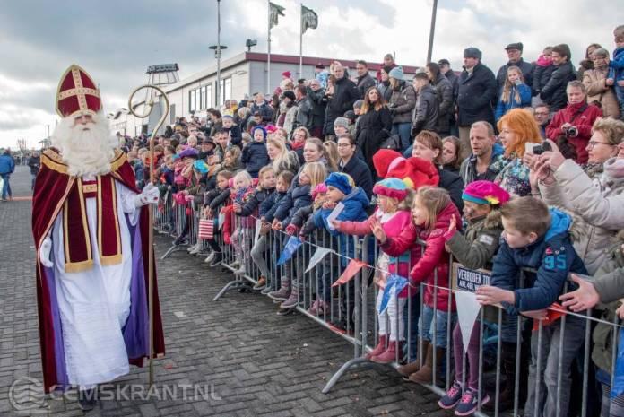 Sinterklaas door veel kinderen ontvangen in Delfzijl
