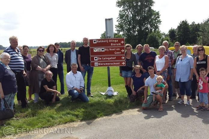 Wethouder Hans Ronde onthult toeristische borden in noordelijke dorpen
