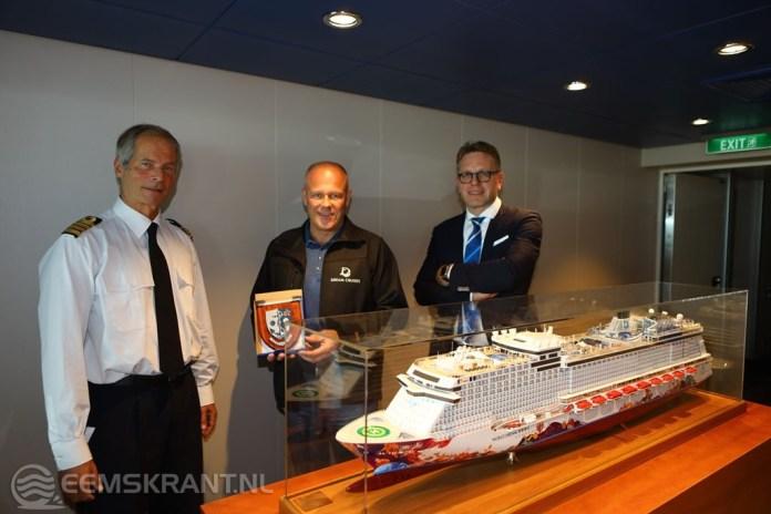 Cruiseschip 'World Dream' ontvangt havenschildje van Groningen Seaports